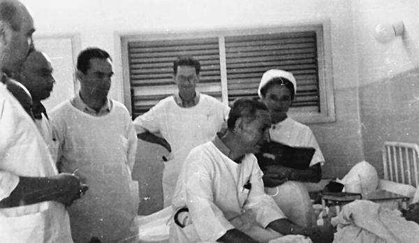Harry Heller (sitzend) bei der Visite im Beilinson Krankenhaus