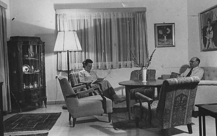 Hilde und Ernst Lyon in ihrer Wohnung in Jerusalem (1949)
