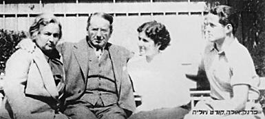 Dr. Fleischer mit Frau Julia und den beiden Kindern Ursula und Frank kurz vor der Emigration nach Palästina