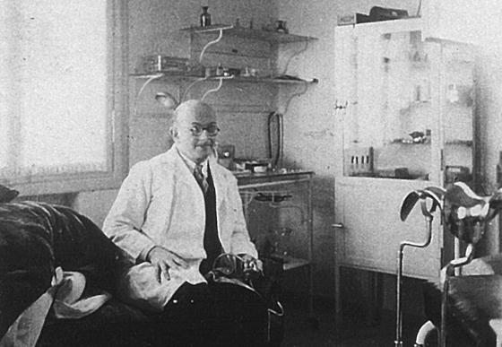 Dr. Meyer-Brodnitz in seiner Praxis in Haifa